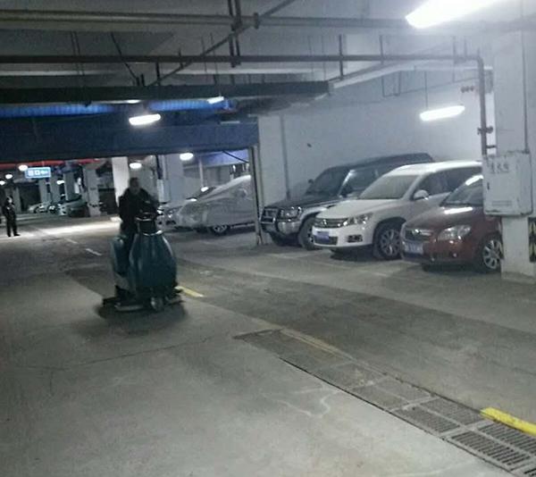 大型车库洗地机