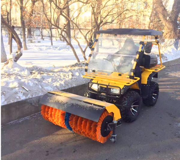 大学校园驾驶扫雪机